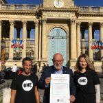 Le député MoDem Bruno Millienne, entouré de nos jeunes Ambassadeurs Benoît et Julia