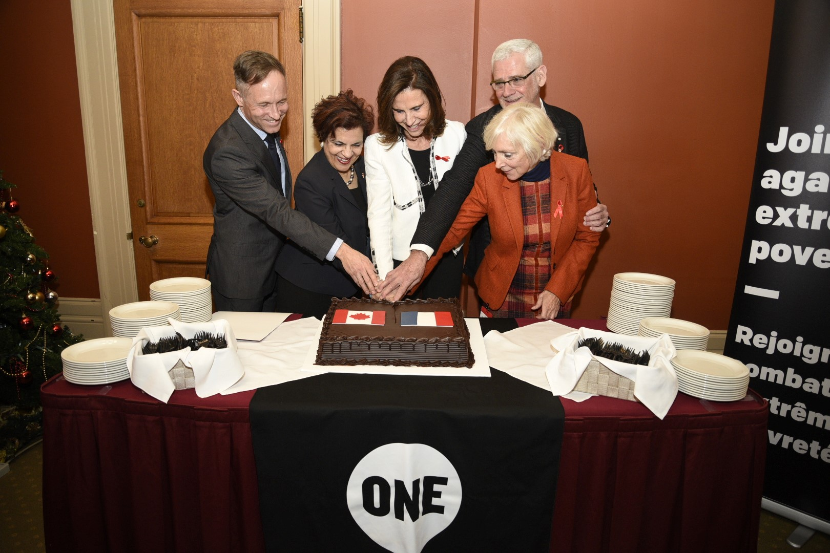 Symbolizing the transition of leadership for the replenishment of the Global Fund, from Canada to France, Stuart Hickox, Senator Jaffer, Ambassador Rispal, Dr. Montaner and Dr. Presern cut a cake featuring the flags of the two countries.