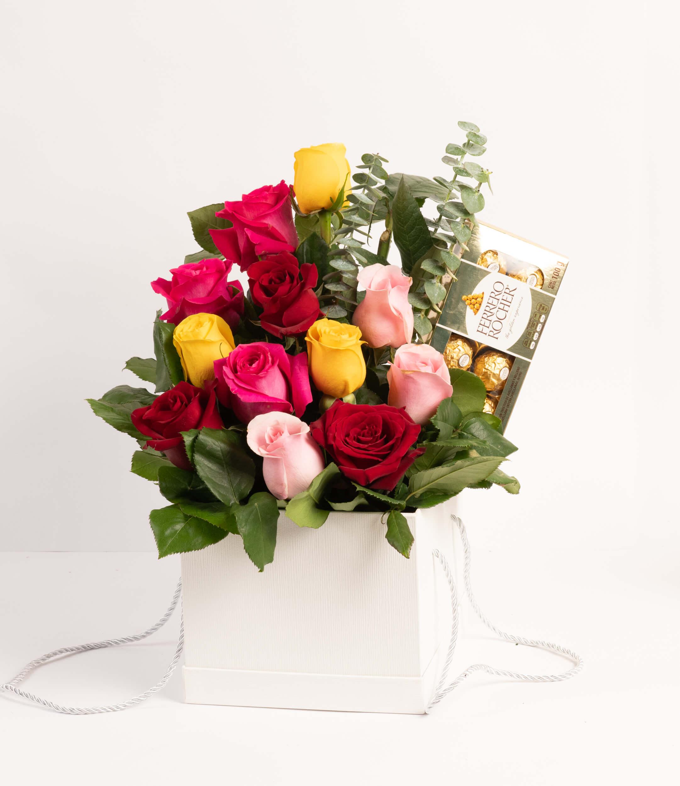 Arreglo de 12 rosas en caja de regalo blanca + chocolate Ferrero Rocher