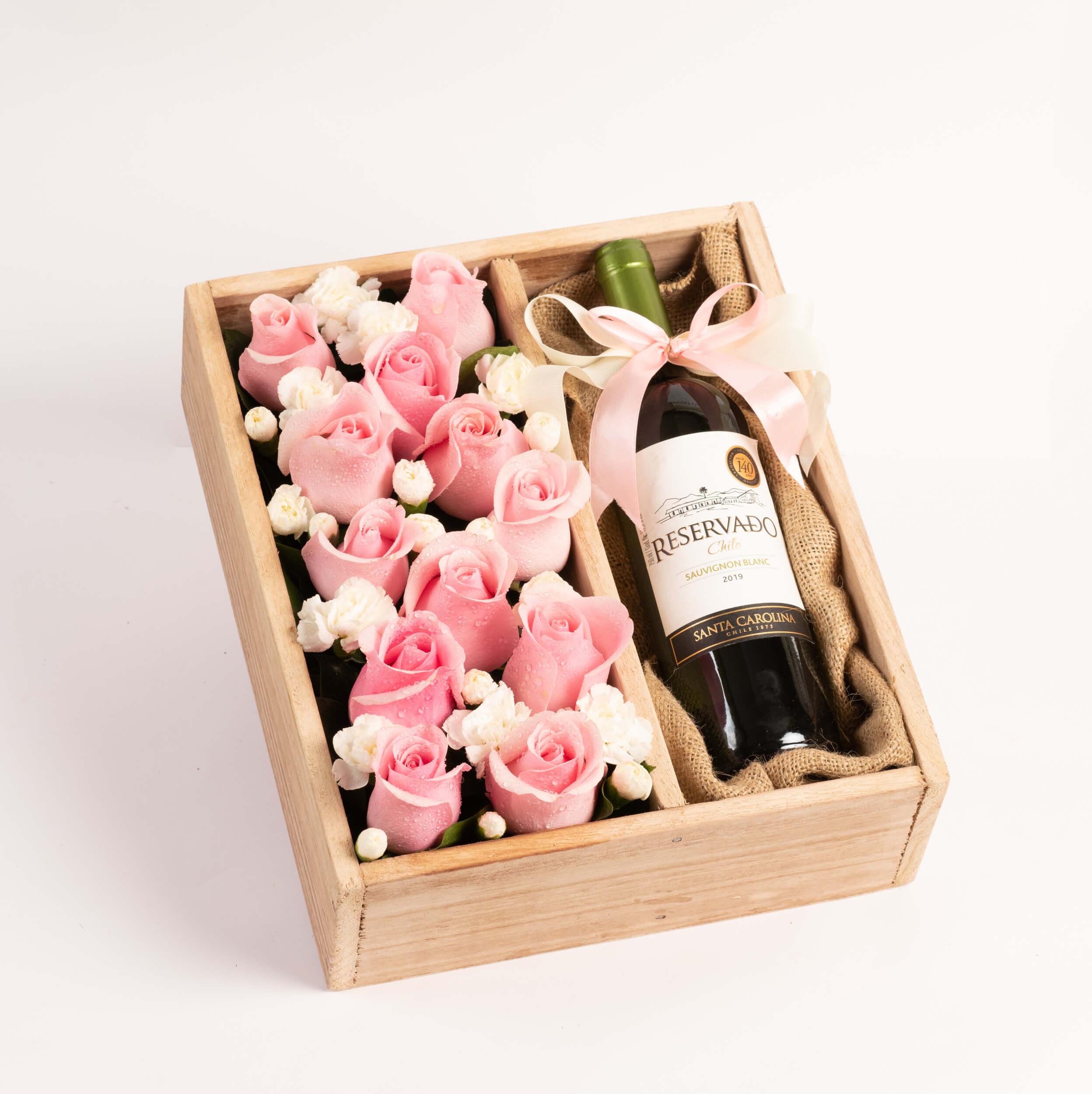 Arreglo de 12 rosas + vino con lazo