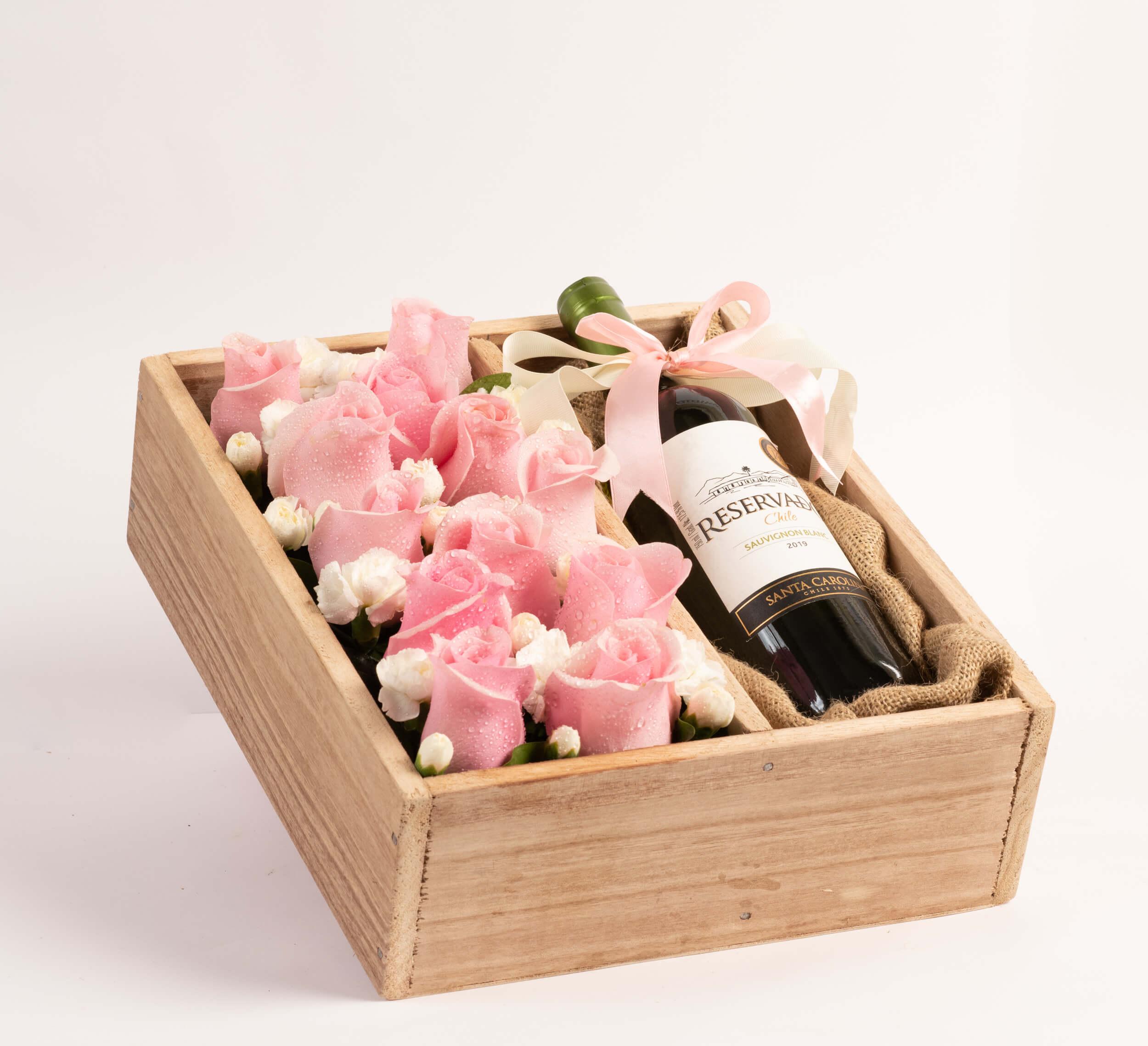 Arreglo en caja de madera con rosas y vino