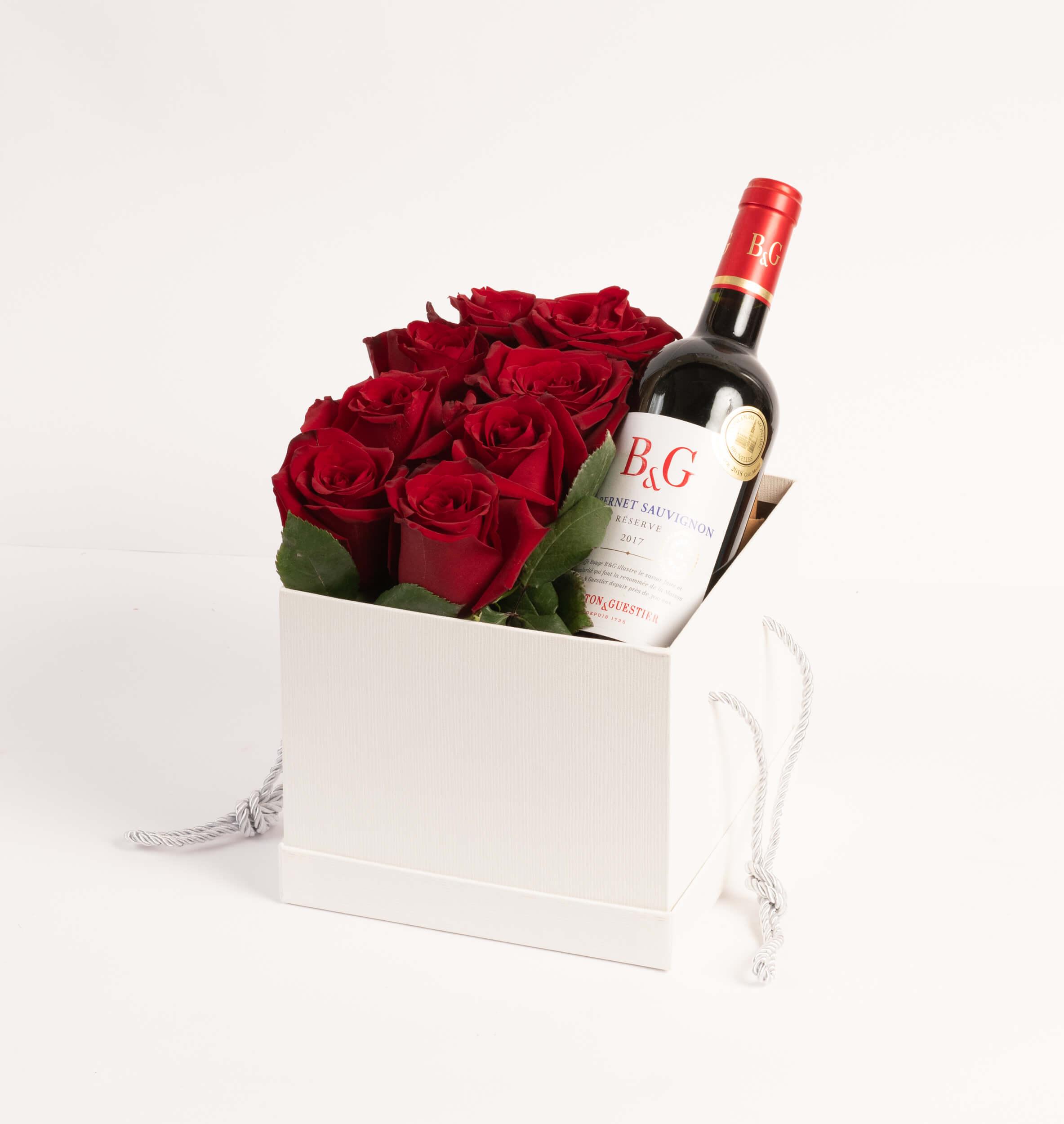 Arreglo de 12 rosas en caja blanca + Vino tinto