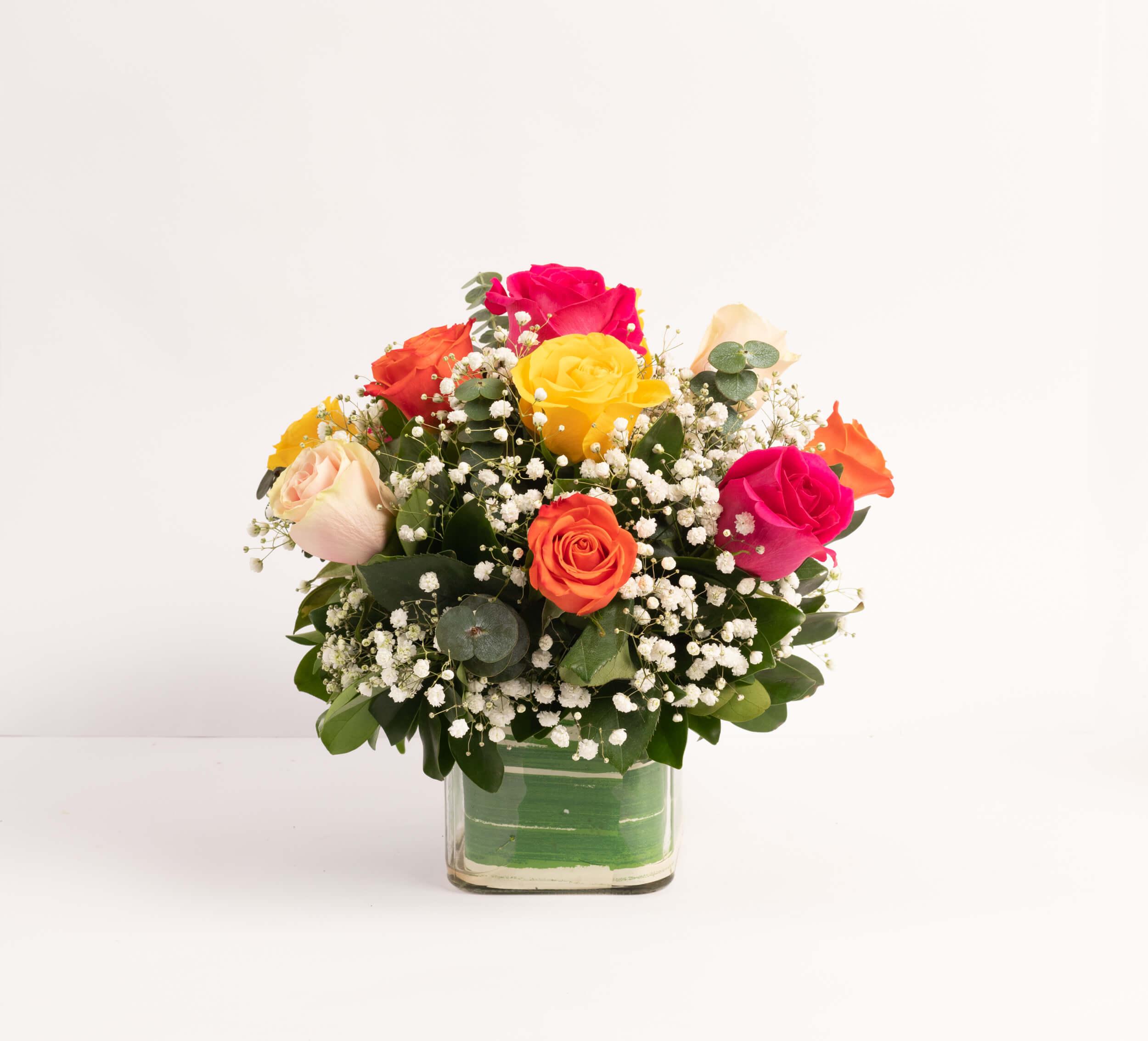 Arreglo de 12 rosas en cubo de cristal.