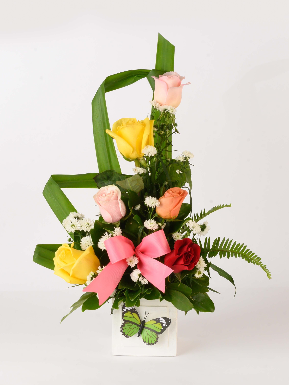 Arreglo Mariposa con lazo- 6 rosas de colores