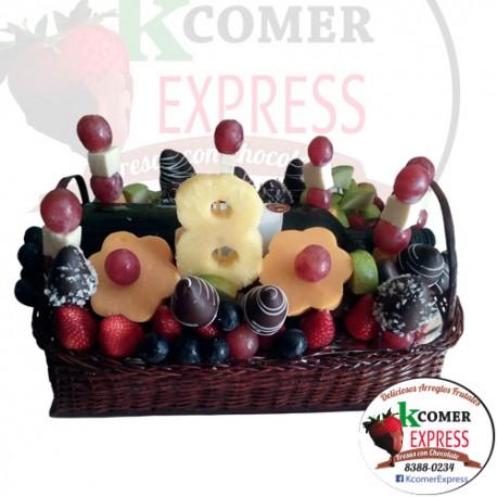Canasta con fresas, uvas y piñ