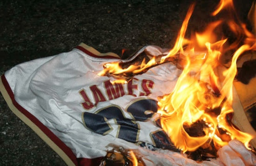 reputable site 52188 9448a The Best Tweets About LeBron James Returning To Cleveland