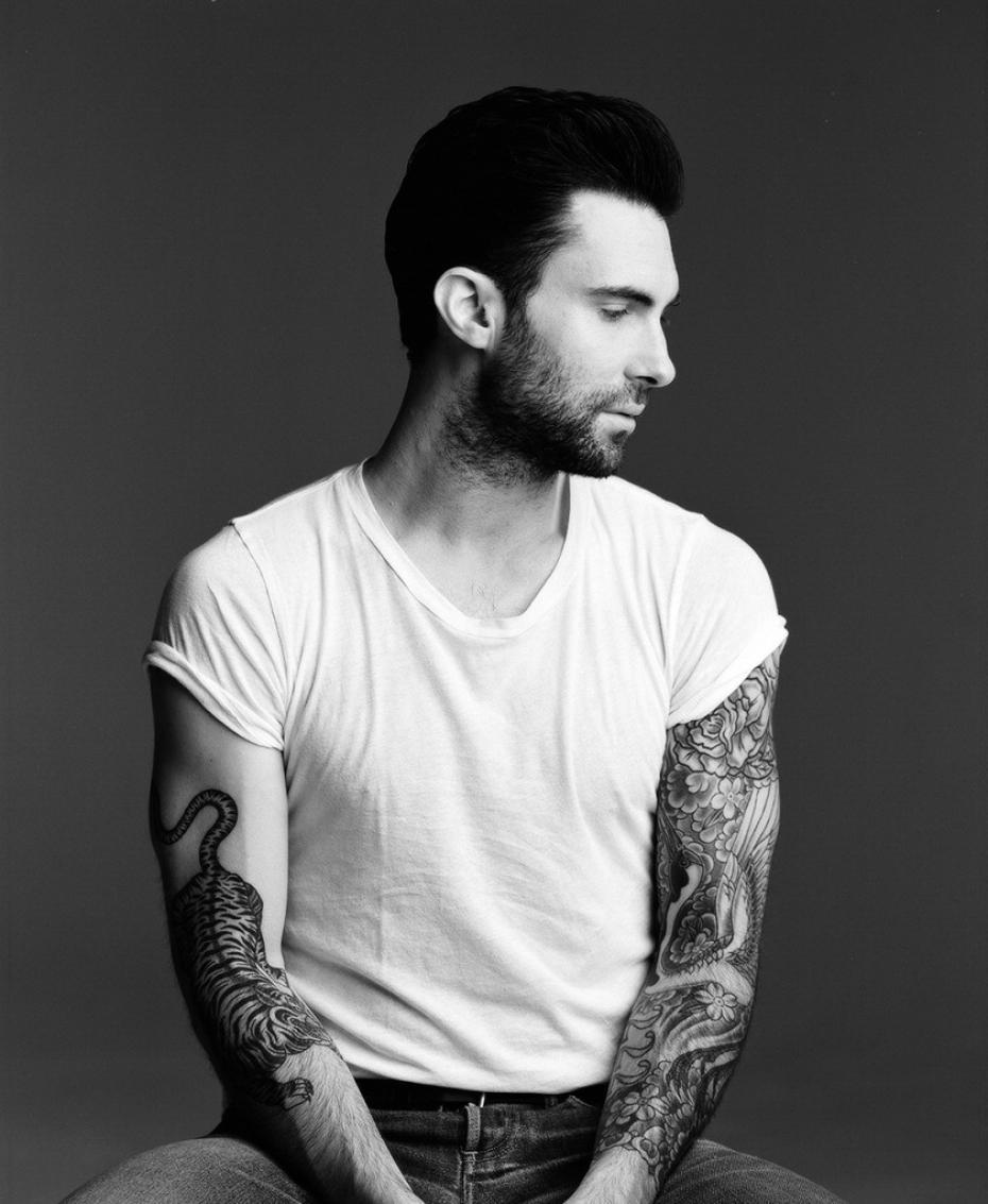 adam-levine-nous-laisse-admirer-ses-tatouages