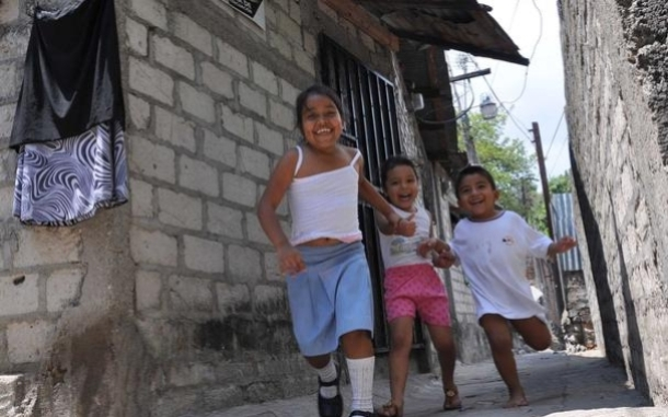 Children running in El Salvador. Photo: Claudia Barrientos/Oxfam America.