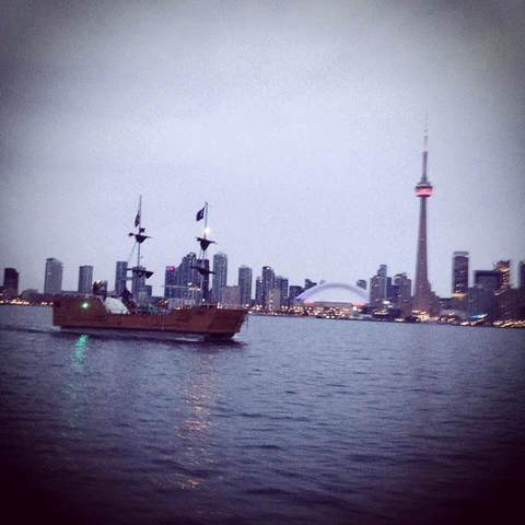 Boat_in_front_of_cn_tower.slide