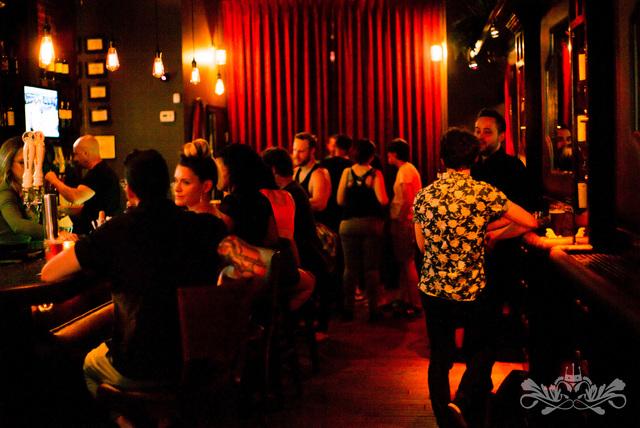 Crowd_at_velvet.slide