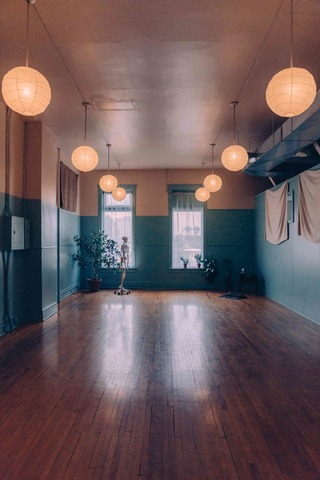 Studio_2_lights.slide