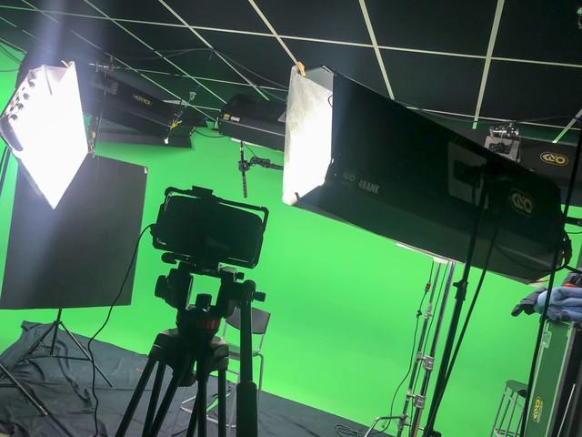 Studio_shoot_-_green_screen__-_kinoflo_black_magic.slide