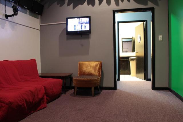 Backstage_-_monitors__bathroom.slide