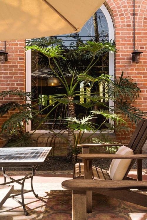 santa monica courtyard-chairs