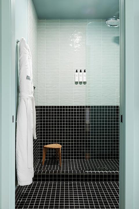 grand stark modelroom main walk-in rain shower, bench, robes, amenities