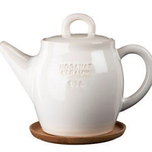 HK Teekannu 1,5 L Valkoinen puualustalla