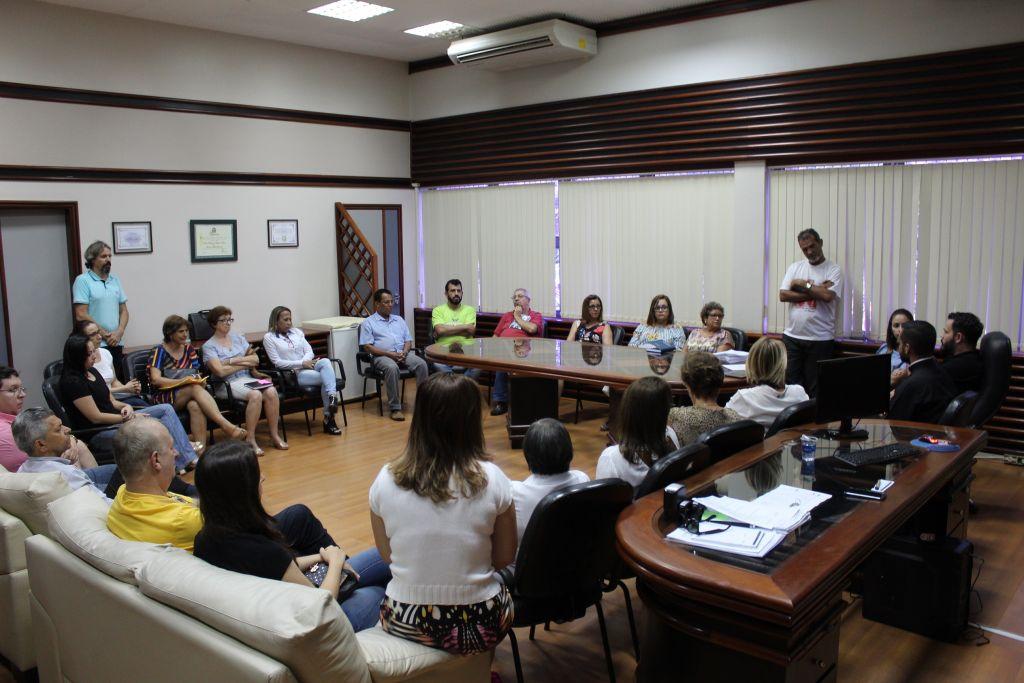 Os representantes das entidades habilitadas participaram do momento da assinatura no gabinete do prefeito.