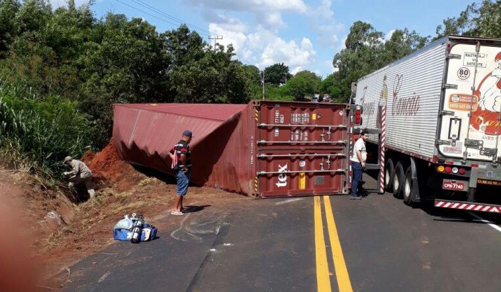 O caminhão ficou atravessado na Rodovia e o trânsito no local ficou em meia pista.