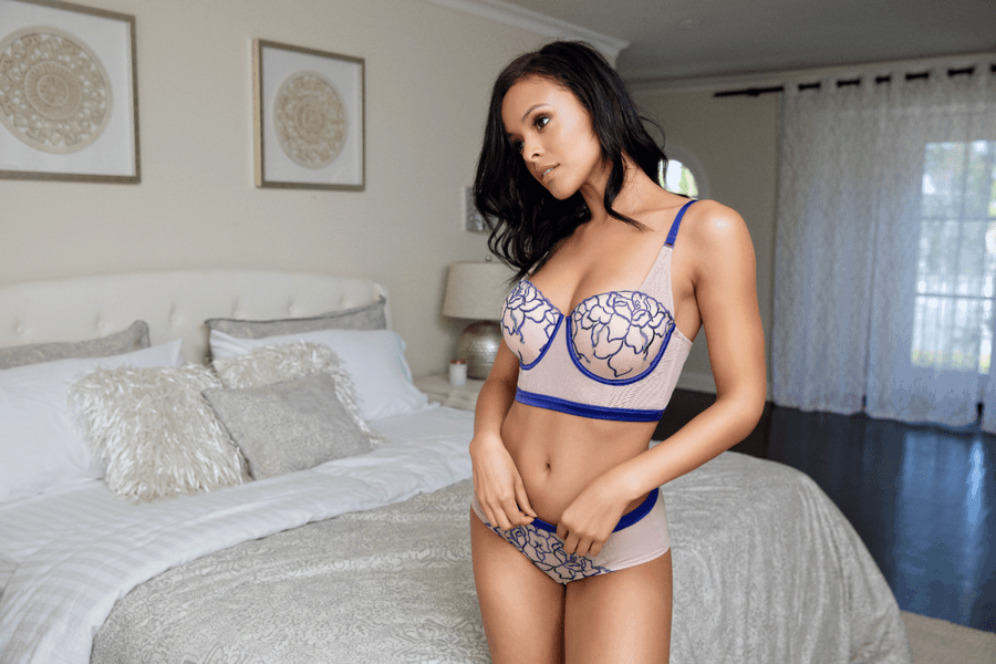 50ea0fcfb2 How To Tell If Your Bra Is Too Small - MOD
