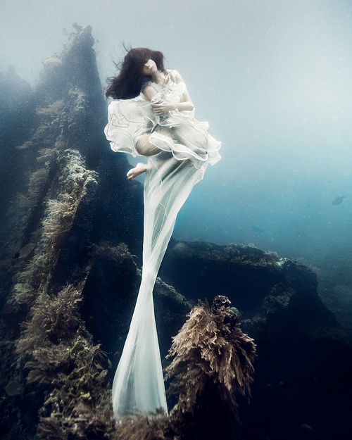 Breathtaking photos of models posing 25 meters underwater in the Bali waters