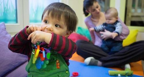 L'offre d'assistantes maternelles progresse moins et les ouvertures de places en crèche traînent. Ce