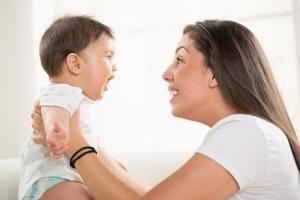 DÉVELOPPEMENT: Parler à bébé accroît sa capacité cognitive et sociale