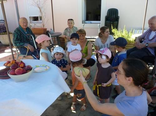 Rencontre entre enfants de la crèche et résidents du Vert Coteau