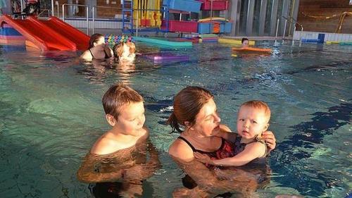 A Sablé, des bébés nagent avec leurs parents à la piscine