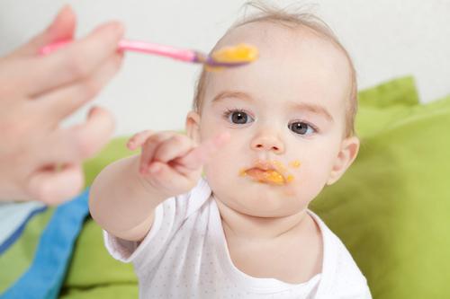 Faire manger les enfants dans de bonnes conditions à la crèche