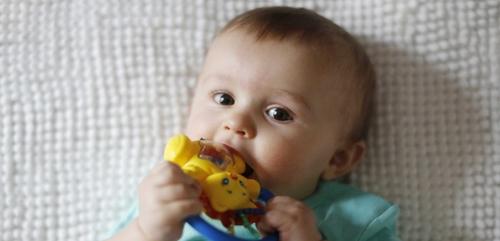 Poussées dentaires des nourrissons : définition, symptômes, traitements