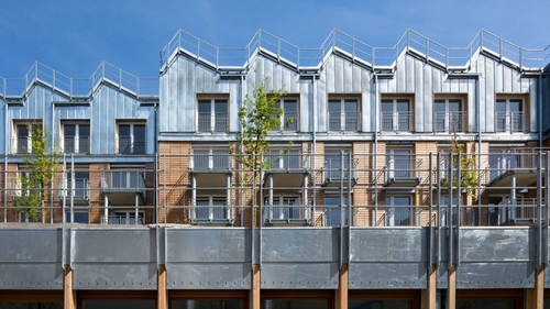 Crèche, logements et jardins coexistent dans cette cour parisienne