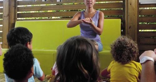 Une langue des signes enseignée aux tout-petits