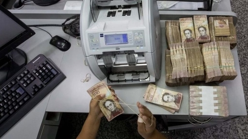 Venezuela's extends border closure and pulls 100-bolivar note