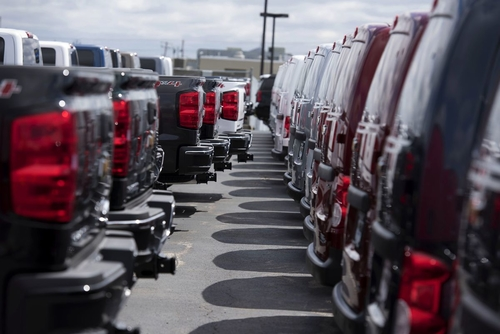 Wells Fargo, JP Morgan wary of auto loans, pack them in bonds