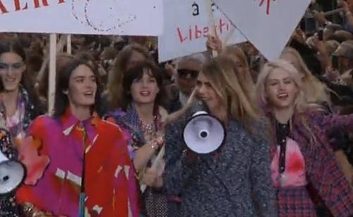 Le défilé Chanel s'achève par une