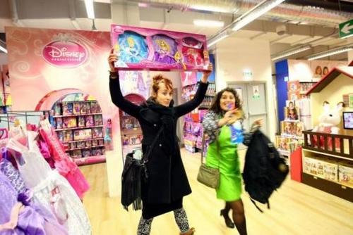 Paris : des féministes manifestent contre les jouets stéréotypés