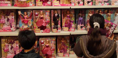 Superhéros ou princesses : comment les jouets véhiculent les clichés sexistes