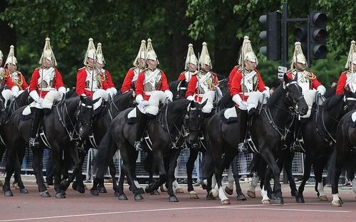 Dubai vuole comprare la casa della cavalleria della Regina?