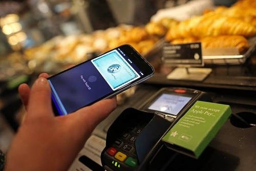 Apple, Banks in Talks on Mobile Person-to-Person Payment Service