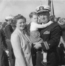 Image of 2000.0055.7 - B&W photo of LCDR A.W. Sullivan  with wife Mary Lou and son Bobby on return from Korea at Quay Wall, San Diego, CA, North Island