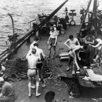 Image of 2002.0130.13 - B&W photo, UDTs prepare for combat swim on APD fantail.