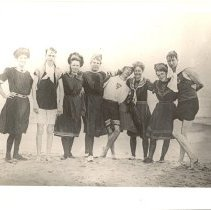 Image of P2015.001.014 - Eight Men and Women on Beach in Jamestown