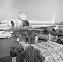 Image of 2015.001.04956.1 - Trans World Airlines Cargo Plane Loading at San Francisco International Airport, 1963