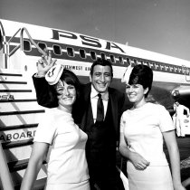 Image of 2015.001.09148. - Tony Bennet with PSA Stewardesses at San Francisco International Airport, 1966