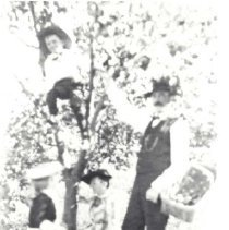 Image of Crawford family - 112-4 wfchs