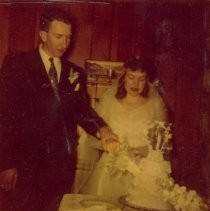 Image of Jack and Sandy Pearce with wedding cake