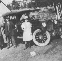 Image of Henrietta and Thomas H. Pearce Sr. with car