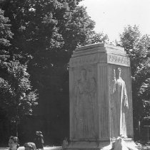 Image of Mother and Daughter on Bestor Fountain - Unknown