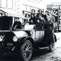 Image of Gals in car