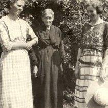 Image of Slinger, Anna, Elizabeth Farrow, and Faye Slinger abt. 1922 - 2016FIC3692